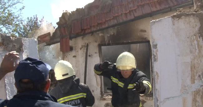 Konya'da itfaiyeciler çöken çatının altında kalmaktan son anda kurtuldu