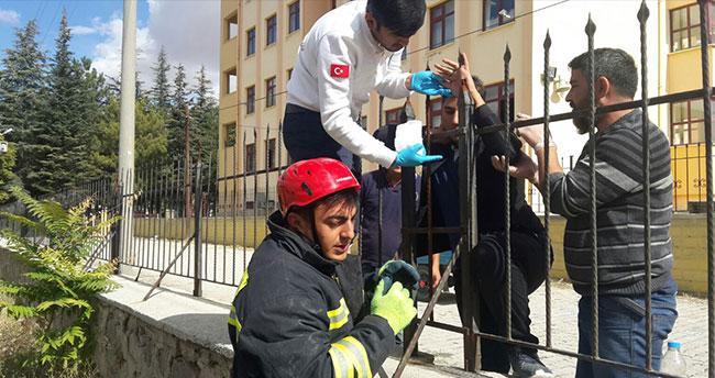 Konya'da öğrencinin eline korkuluk demiri saplandı!