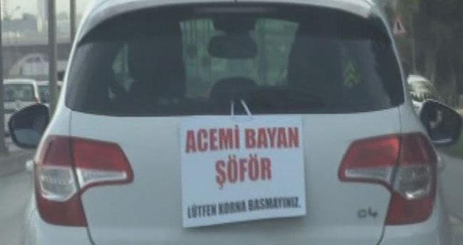 """İlginç Pankart: """"Acemi Bayan Şoför, Lütfen Korna Basmayınız"""""""