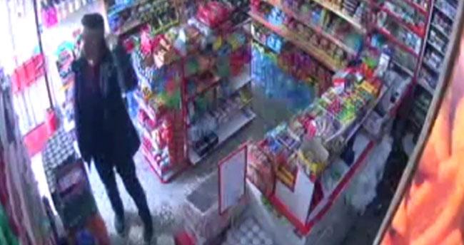 Konya'da bir büfeden para çalınması güvenlik kamerasına yansıdı