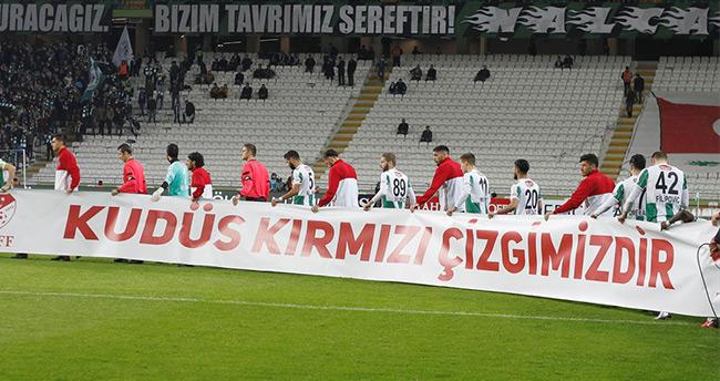 Atiker Konyaspor'lu futbolculardan Kudüs pankartı