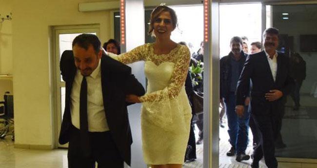 Konya'da gelin, damadı kelepçe takarak getirdi