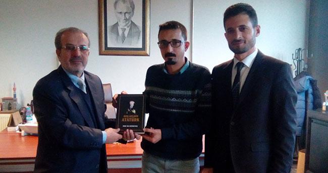 Atatürk'ü anlatan kitap hediye ettiler