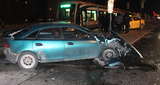 Konya'da kontrolden çıkan otomobil tramvaya çarptı