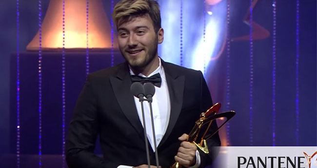 Hürriyet Enes Batur'dan Altın Kelebek ödülünü geri aldı!