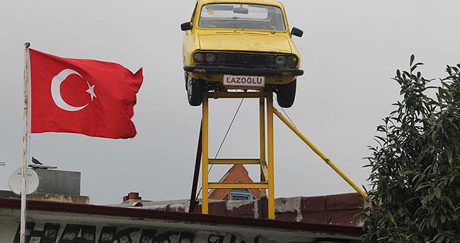 Adres tarifini çatıdaki otomobile göre yapıyor