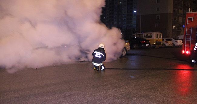 Konya'da patlak lastikle ilerleyen otomobil alev aldı