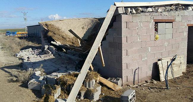 Ağıl tavanı üzerine çöken kişi öldü