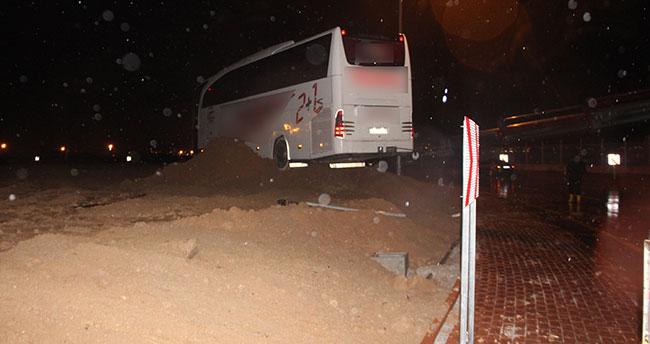 Konya'da kontrolden çıkan yolcu otobüsü kavşaktaki toprağa saplandı