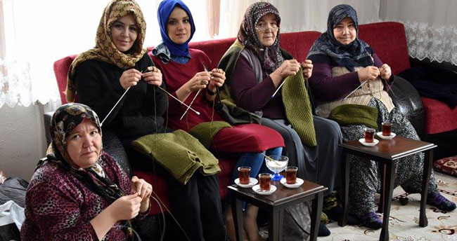 Konyalı kadınlar Mehmetçik için atkı ve bere örüyor