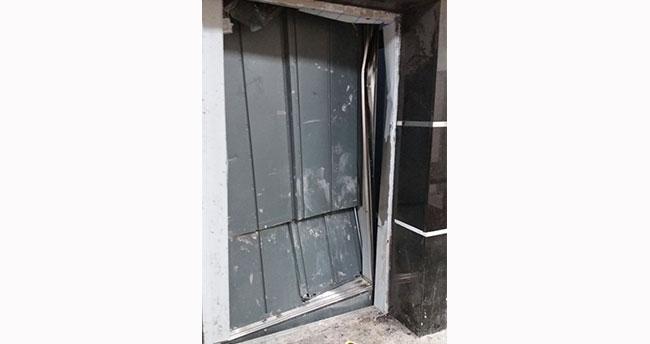 Asansör kabiniyle duvar arasında sıkışan işçi yaralandı