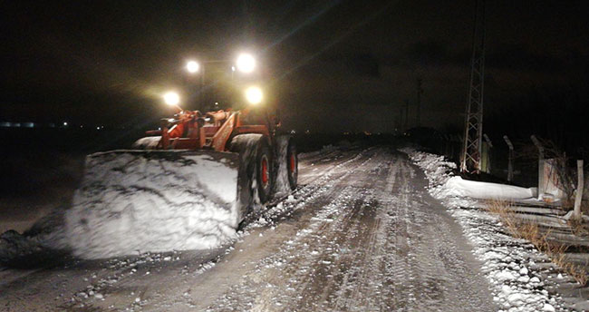 Karatay'da karla mücadelede gece mesaisi