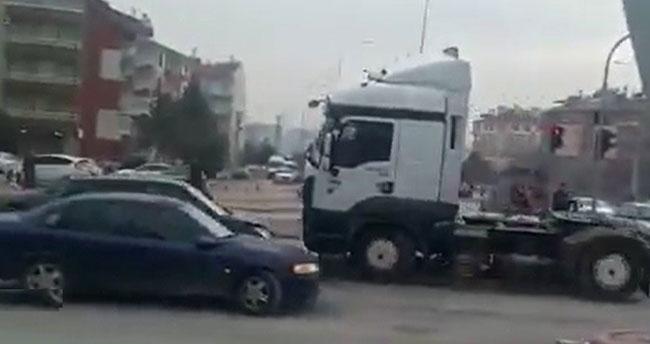 Konya'da tır sürücüsü iki otomobile çarpıp kaçtı
