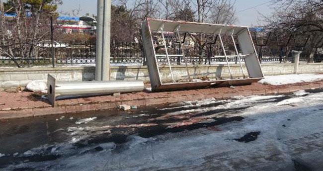 Konya'da üzerine reklam panosu düşen çocuk hayatını kaybetti