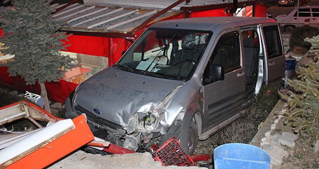Karaman'da hafif ticari araç büfenin bahçesine uçtu: 1 ölü, 2 yaralı