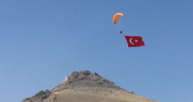 Mehmetçik'e destek için gökyüzünde bayrak açtılar