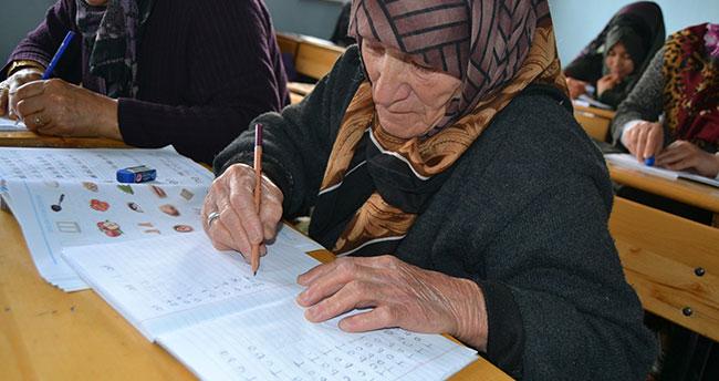 85 yaşında okuma yazma öğreniyor