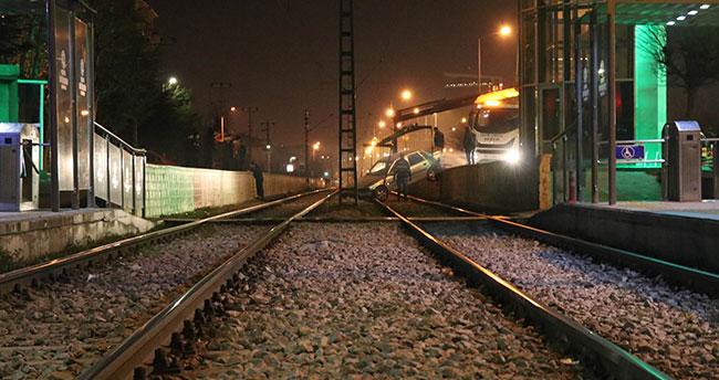 Konya'da otomobil tramvay yoluna düştü : 2 yaralı