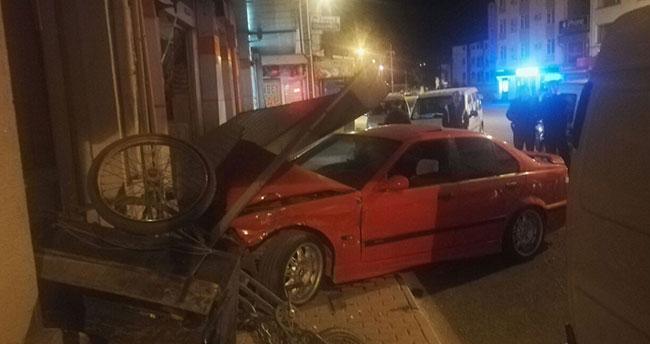 Alkollü sürücü önce bisiklete ardından iş yerine çarptı