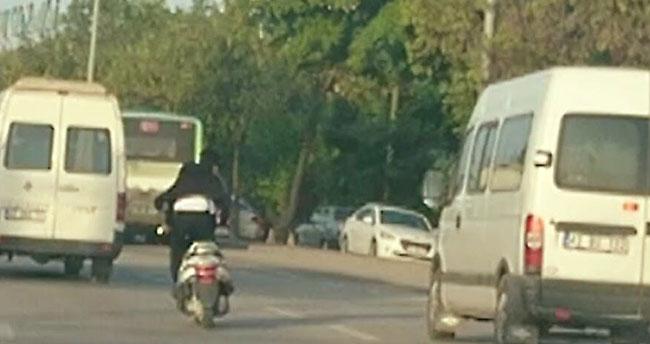 Ayakta motor sürdü, araçların arasında makas attı