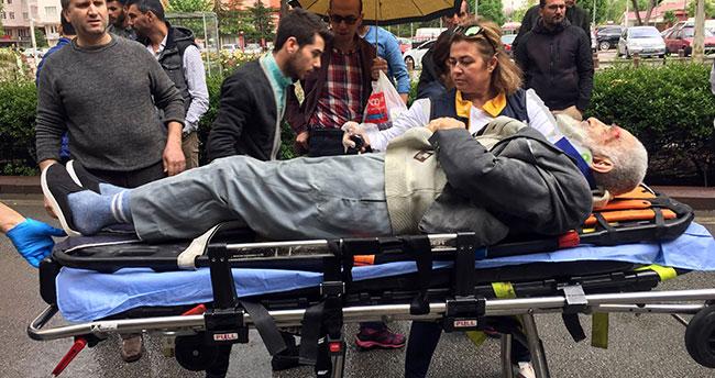 Kazada yaralanan yaşlı adama şemsiyeli yardım