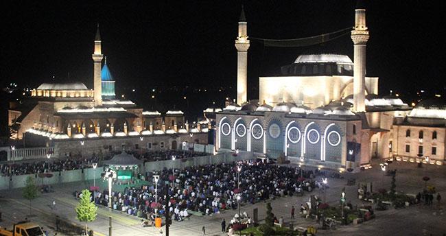 Konya'da vatandaşlar ilk teravih namazı için camilere akın etti