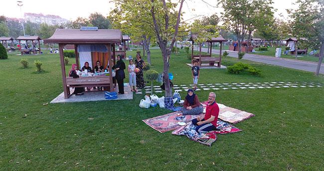 Ramazan akşamlarının coşkusu Karatay'ın parklarında yaşanıyor