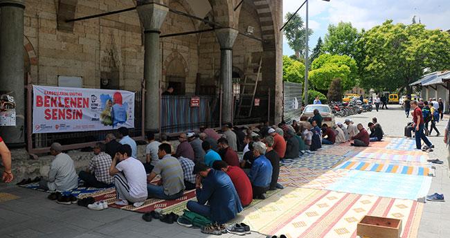 Ramazan ayının ilk cuması vatandaşlar camiye akın etti