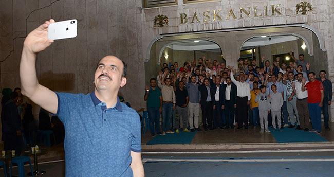 Başkan Altay, belediye bahçesinde gençlerle buluştu
