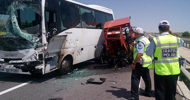Ankara Konya turistleri taşıyan otobüs traktöre çarptı: 3 yaralı