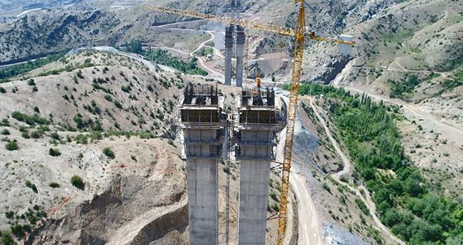 """Türkiye'nin en yüksek ayaklı """"Eyiste Viyadüğü"""" yükseliyor"""