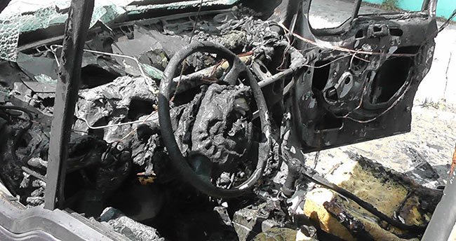 Konya'da hafif ticari araç yanarak kullanılamaz hale geldi