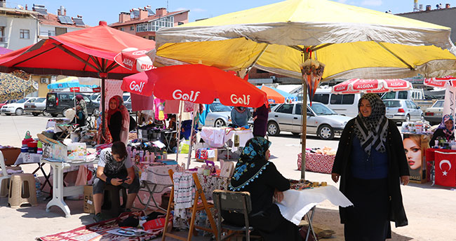 Beyşehir'de anneler pazarında ilk satış yapıldı