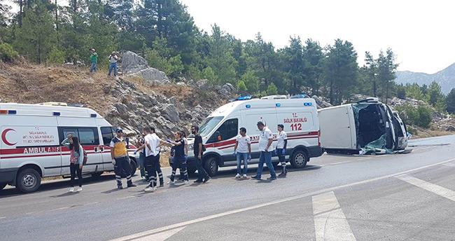 Turistleri taşıyan otobüs otomobil ile çarpıştı: 2 ölü, 33 yaralı