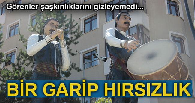 Erzurum'da Bir Garip Hırsızlık, Bar Ekibi Heykellerinden Tokmak ve Zurna Çalındı