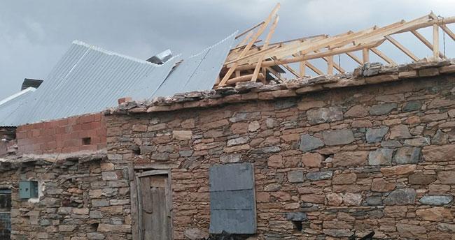 Konya'da hortum çatıları uçurdu