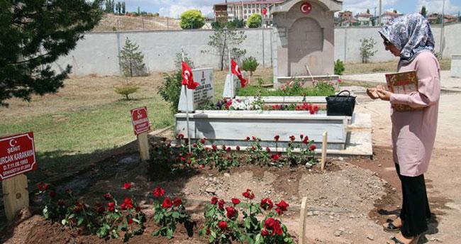 Şehit anne ve bebeğinin mezarına ziyaretçi akını
