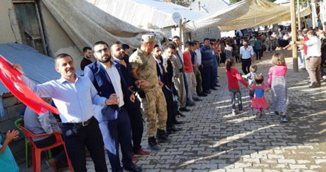 Asker sınırdaki düğünde halay başı oldu