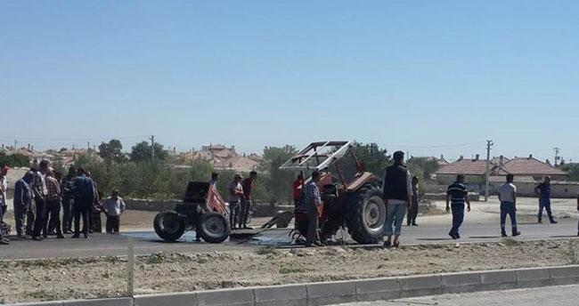 Otomobille çarpışan traktör ikiye bölündü