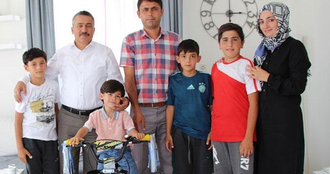 Başkan Tutal'dan 5 yaşındaki çocuğa hediye bisiklet