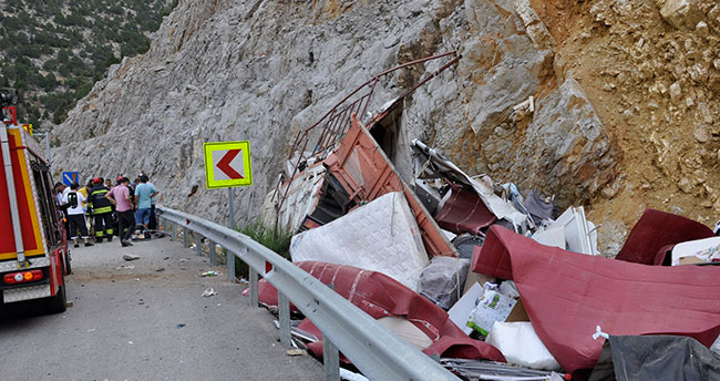 Kontrolden çıkan kamyon kayalığa çarptı: 1 ölü