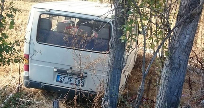 Konya'da minibüs ağaca çarptı: 3 yaralı