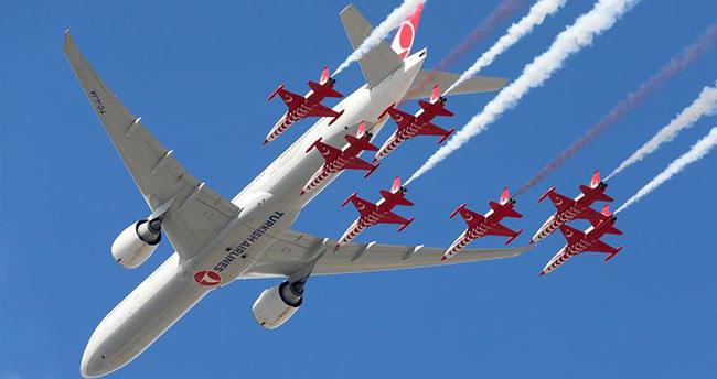 Türk Yıldızları ve THY uçağından nefes kesen gösteri