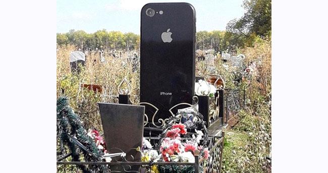 Ölen kızı için iPhone şeklinde mezar taşı yaptırdı!