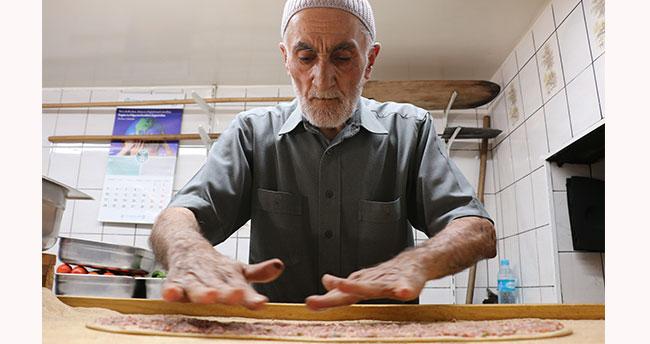 Konya'nın 62 yıllık etli ekmek ustası