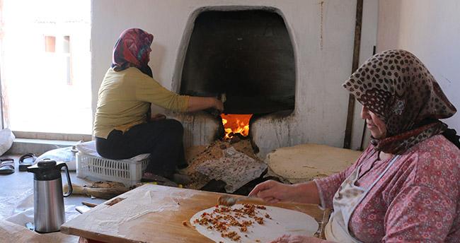 """Konyalı kadınların """"kış ekmeği"""" hazırlığı"""