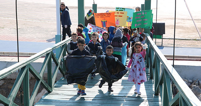 Beyşehir Gölü kıyısında anaokulu öğrencilerinden çevre temizliği