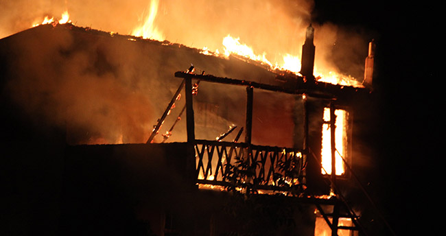 Konya'da iki katlı bağ evi alev alev yandı