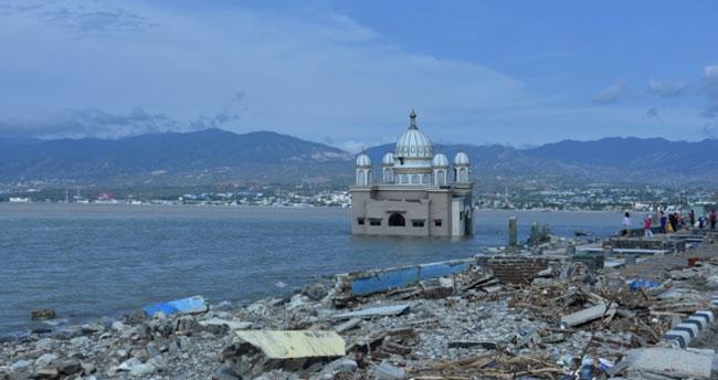 """Endonezya'daki afet """"yüzen cami""""yi yıkamadı"""