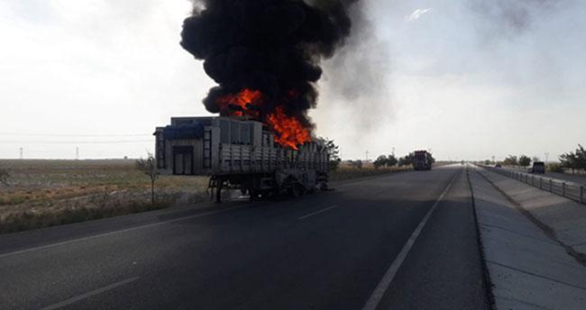 Konya'da seyir halindeki tırın dorsesi yandı